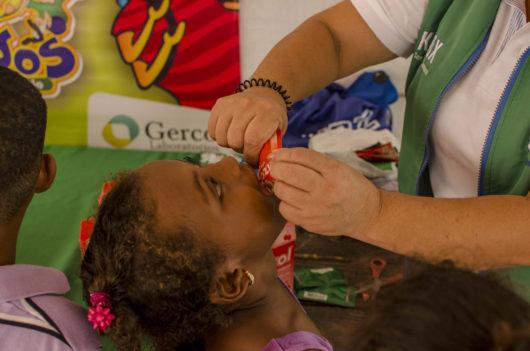 Niños y niñas de la Institución Educativa de Manzanillo del Mar en jornada de Salud Integral.