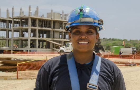 Luz Karime Zabaleta de la comunidad de Tierra Baja, ayudante de obra en el proyecto Burano de la constructora Amarilo.