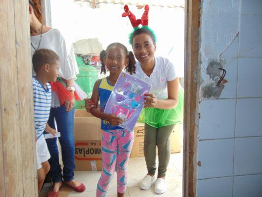 Entrega de regalos de navidad a niños y niñas de la comunidad de Villa Gloria.