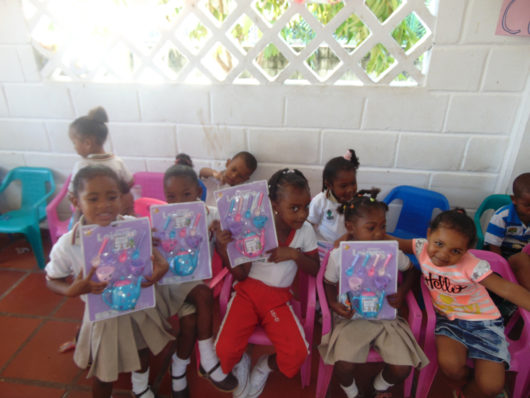 Fundacion Serena del Mar – Entrega de regalos de navidad en la Institución Educativa de Puerto Rey