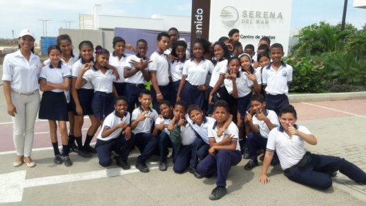Visita de niños de la Institución Educativa de Tierra Baja a Centro de Ventas Serena del Mar.